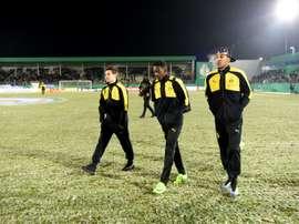 Les joueurs de Dortmund marchent sur la pelouse déclarée impracticable, le 28 février 2017. AFP