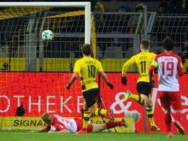 L'attaquant de Dortmund Marco Reus inscrit un but contre Augsbourg le 26 février 2018. AFP