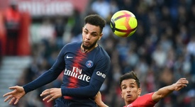 Barcelona estaria interessado no lateral do PSG Layvin Kurzawa. AFP