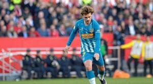 Antoine Griezmann tire un coup-franc face au Séville FC. AFP