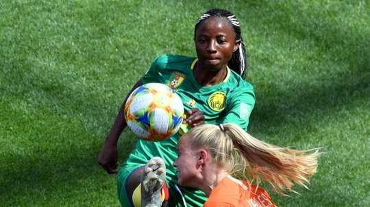 Ajara Nchout à la lutte avec la défenseure néerlandaise Kika van Es. AFP