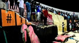 Des supporters attendent leur évacuation après l'effondrement dun mur du stade Demba Diop. AFP