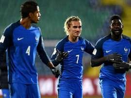 Raphaël Varane, Antoine Griezmann et Samuel Umtiti sur la pelouse du stade de Sofia. AFP