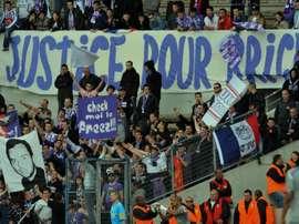 Les supporters de Toulouse brandissant une banderole . AFP