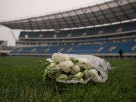 Un bouquet de roses blanches en hommage au footballeur international ivoirien Cheick Tioté. AFP