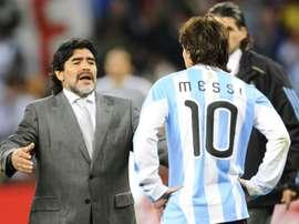 Maradona tem uma curiosa relação de amor ódio com Messi. AFP