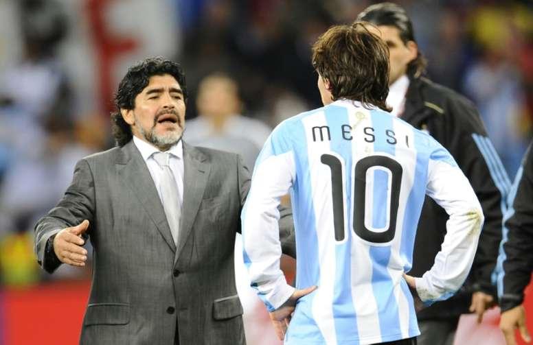 Maradona tiene una curiosa relación de amor y odio con Messi. AFP/Archivo