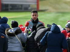 Corentin Tolisso signe des autographes aux supporters du Bayern. AFP