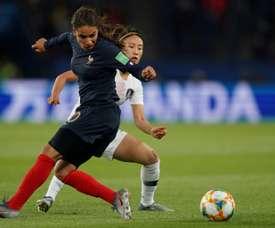 La défenseure de la France Amel Majri (g) lors du match face à la Corée du Sud. AFP