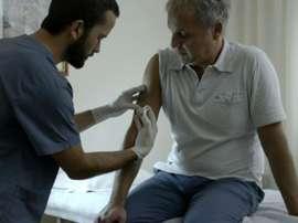 Un docteur introduit une micropuce dans le bras du secrétaire général de Tigre Ezequiel Rocino. AFP