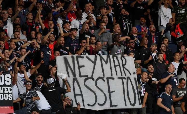 En el partido ante el Nîmes, los ultras sacaron esta pancarta dedicada a Neymar. AFP