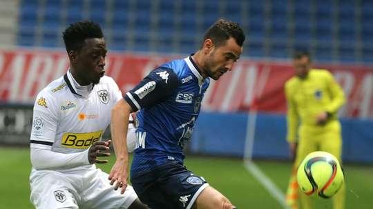 Fabien Camus (d), alors sous le maillot de Troyes, contre Angers en Ligue 1. AFP