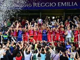 Les Lyonnaises brandissent le trophée de la Ligue des champions, le 26 mai 2016 à Reggio Emilia. AFP