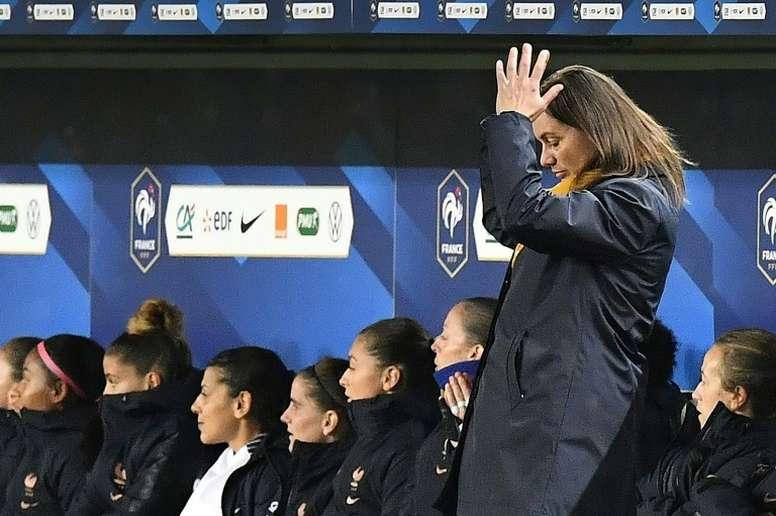 La sélectionneuse de l'équipe de France féminine Corinne Diacre (d) lors du match contre la Serbie des qualifications pour l'Euro-2021, le 9 novembre 2019 au Matmut-Atlantique de Bordeaux