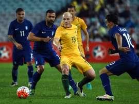 Le milieu offensif international australien Aaron Mooy (en jaune) lors dun match amical contre la Grèce, le 4 juin 2016 à Sydney