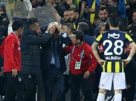 L'entraîneur du Besiktas Senol Gunes touché à la tête par un projectile. AFP