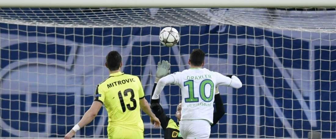 Le milieu de Wolfsburg Julian Draxler marque dune pichenette contre La Gantoise en Ligue des champions, le 17 février 2016 à Gand