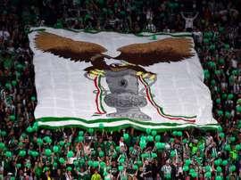 Les supporters du TC Ferencvaros déploient une immense banderole avec l'effigie de l'aigle. AFP