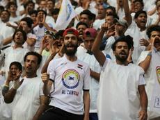 Des supporteurs irakiens assistent au match de football entre Al-Zawra et Al-Ahed. AFP