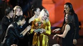Ada Hegerberg avec le Ballon d'Or au Grand Palais. AFP