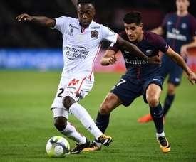 Le milieu de l'OGC Nice Arnaud Lusamba marqué par le défenseur parisien Yuri Berchiche. AFP