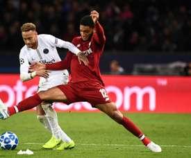 Joe Gomez à la lutte avec la star du PSG Neymar Jr. AFP