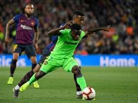 Moses Simon balle au pied contre le Barça. AFP