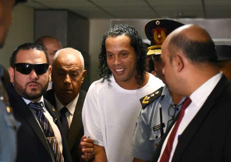 Ronaldinho sort de prison. AFP