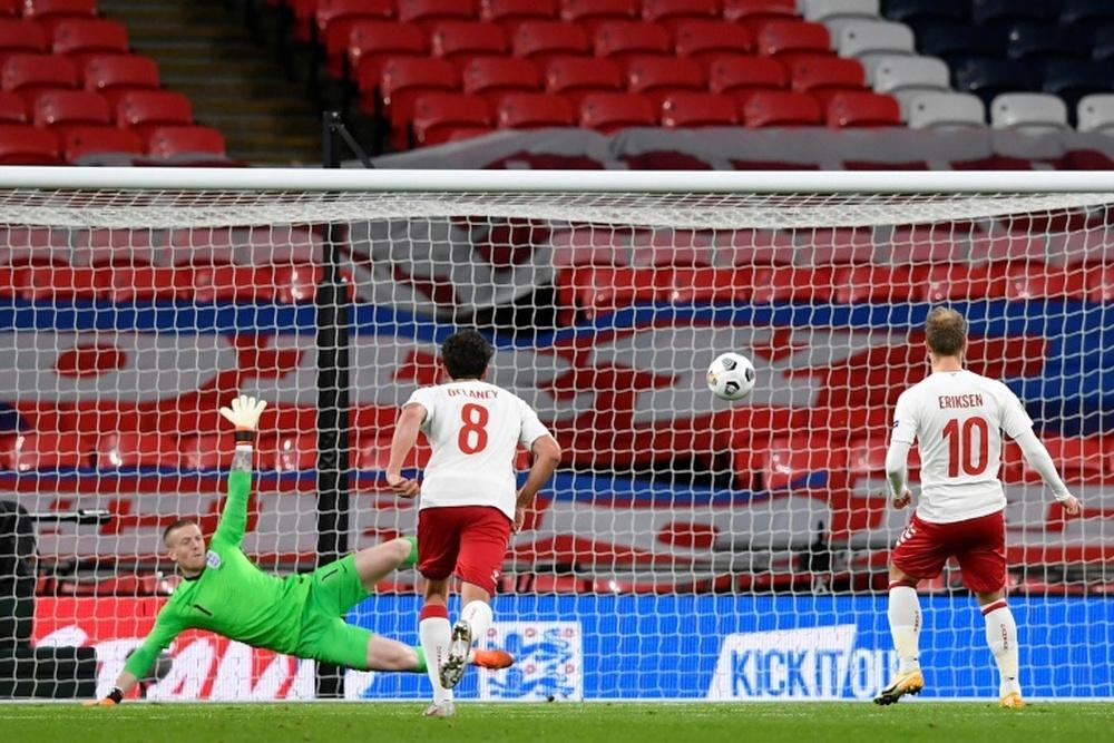 A Inglaterra terminou o jogo com 9 jogadores. AFP