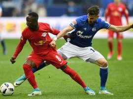 Duel entre le milieu du RB Leipzig Naby Keita et celui de Schalke 04 Daniel Caligiuri. AFP