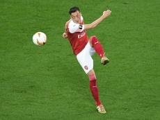 Özil restera à Arsenal. AFP