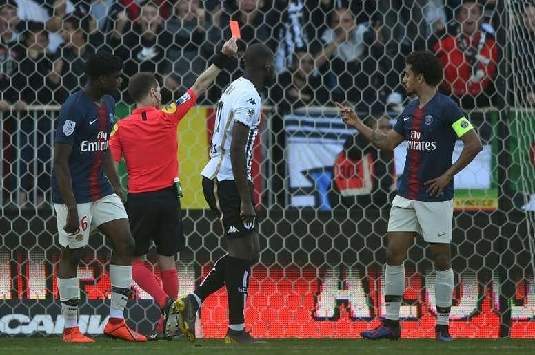 Le défenseur du PSG Marquinhos reçoit un carton rouge. AFP
