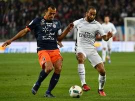 Le défenseur et capitaine de Montpellier Vitorino Hilton à la lutte avec Lucas Moura. AFP