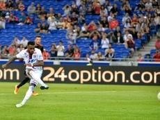 Lattaquant français Alexandre Lacazette inscrit un penalty pour lOlympique lyonnais lors dun match amical contre Benfica, au Parc OL, à Décines-Charpieu, près de Lyon, le 31 juillet 2016