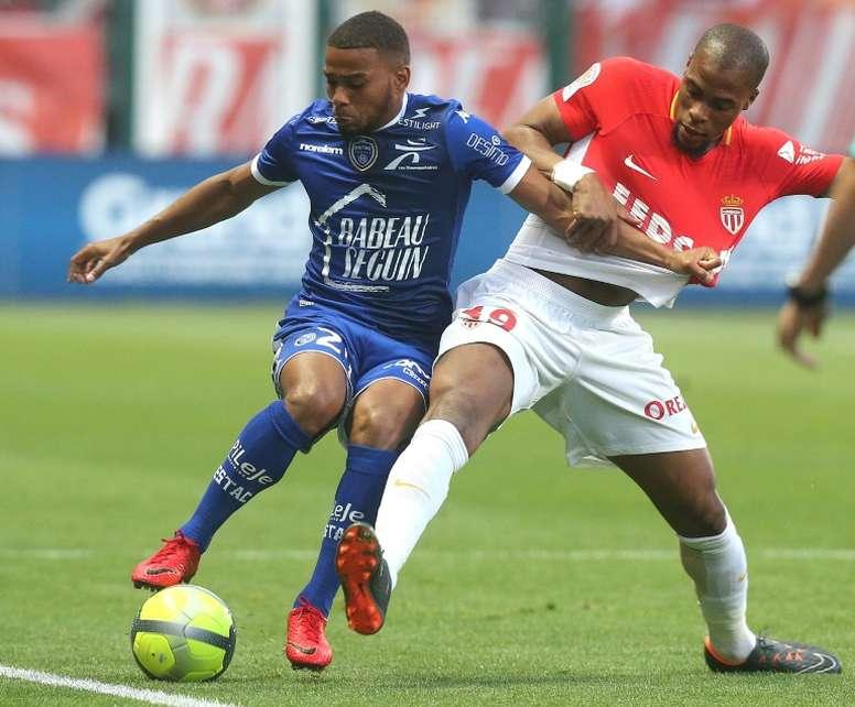 Djibril Sidibé (d) à la lutte avec lattaquant de Troyes Samuel Grandsir. AFP