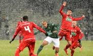 Wahbi Khazri tente de dribbler le Dijonnais Senou Coulibaly. AFP