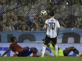 L'Argentin Lionel Messi (c) marque lors d'un amical face aux Haïtiens. AFP