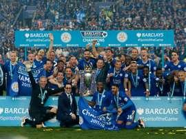 Les joueurs de Leicester célèbrent leur titre de champion dAngleterre avec leur président Vichai Srivaddhanaprabha (centre) suite au match de championnat face à Everton le 7 mai 2016 au King Power Stadium à Leicester