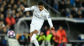 El Madrid no quiere soltar a Varane. AFP