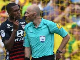 L'arbitre Antony Gautier en discussion avec le défenseur brésilien de Lyon, Marcelo. AFP