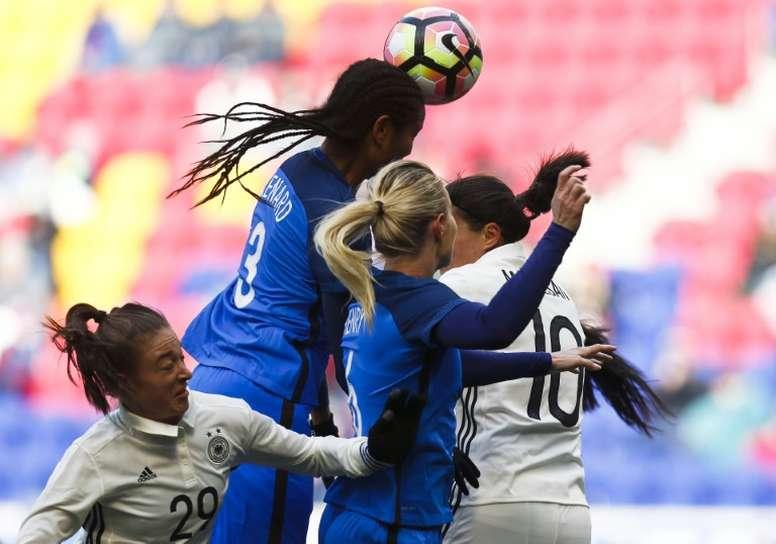 La défenseure française Wendie Renard s'impose de la tête contre l'Allemagne. AFP