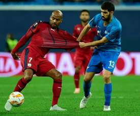 Jimmy Briand (g) face au défenseur portugais du Zenit Luis Neto. Goal