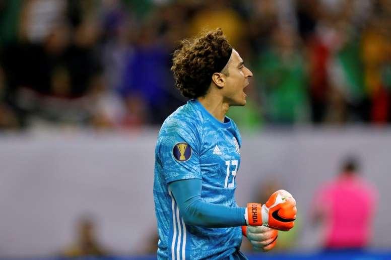Ochoa podría encontrar complicaciones para salir del Standard. AFP