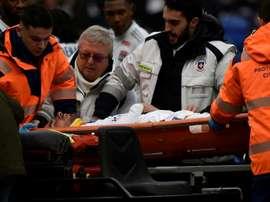 Jogador do Lyon desmaia em campo e é retirado de maca. AFP