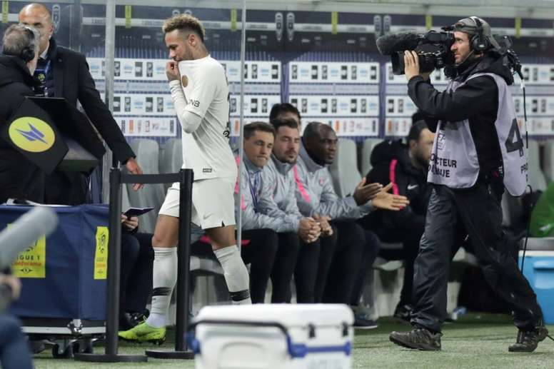 Neymar (c) sort sur blessure à ladducteur droit lors du match contre Bordeaux. AFP