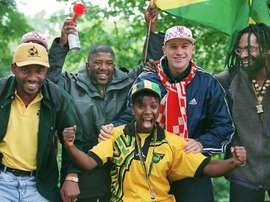 Des fans jamaïcains posant avec un Croatiens à Lens avant le match entre les deux équipes. AFP