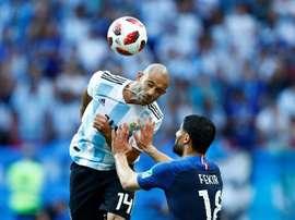 Verón acredita que ainda há futebol para ser jogado por Mascherano. AFP