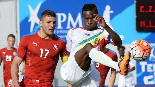 L'attaquant de Troyes et du Mali Adama Niane, devant le défenseur tchèque Patrizio Strnati. AFP