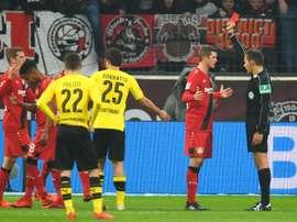 Le défenseur brésilien de Leverkusen Wendell voit rouge lors du match contre Dortmund. AFP