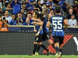 L'attaquant de l'Inter Milan Stevan Jovetic est congratulé par Roberto Gagliardin. AFP